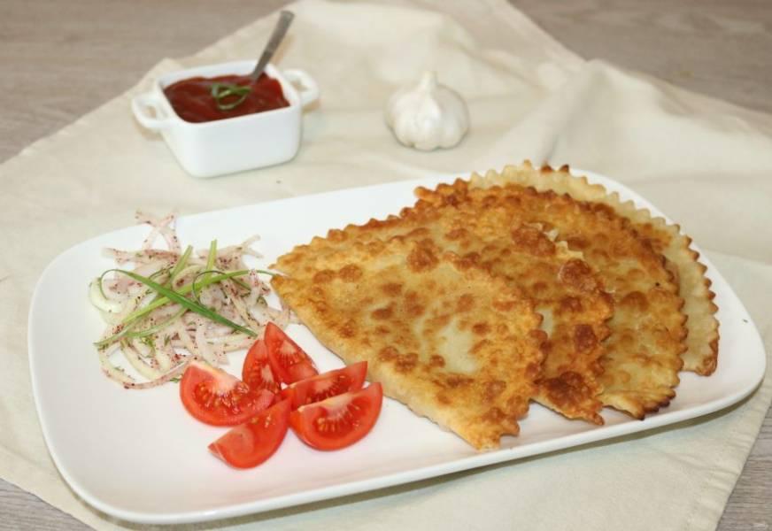 Подавайте горячие чебуреки с соусом и маринованным луком. Приятного аппетита!