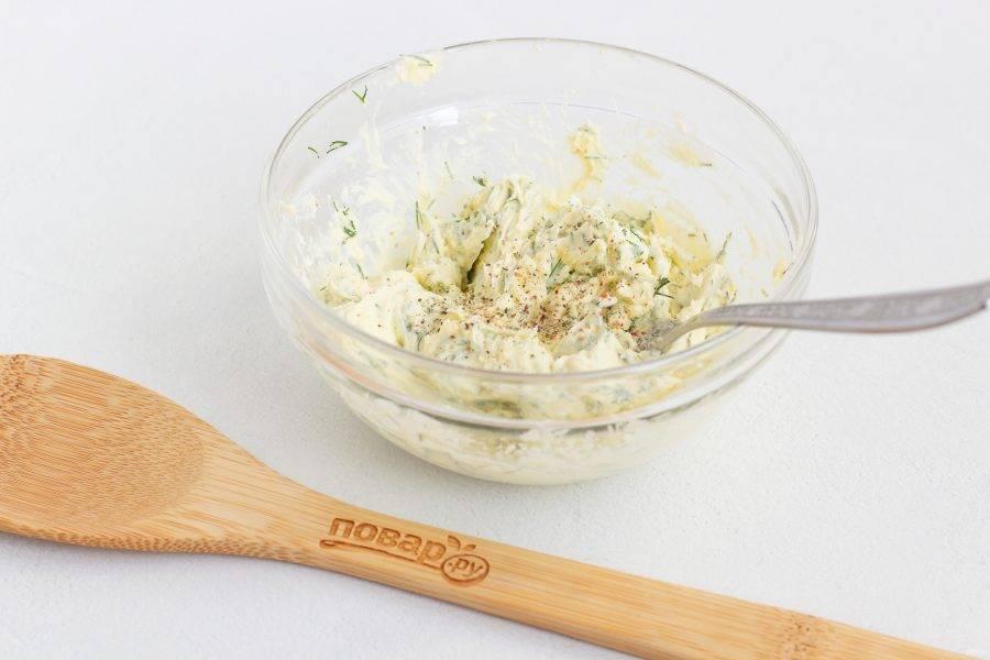 Затем добавьте сливочное масло и снова разомните всё до однородной массы. Посолите и поперчите по своему вкусу. Кто-то любит более соленое, кто-то более пресное.