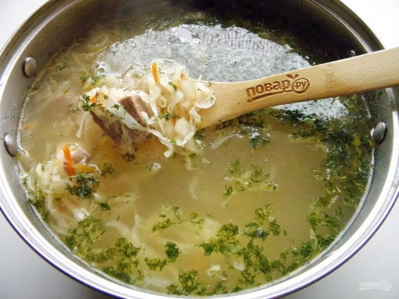 7. Заправьте щи жареными овощами, зеленью. Суп готов!