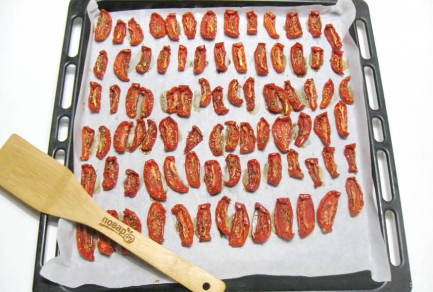 Поставьте противень в духовку. Вяльте помидоры при температуре 100 градусов с приоткрытой дверцей. Процесс займет у вас 6-7 часов в обычной духовке. Если духовка с конвекцией, то времени потребуется гораздо меньше.