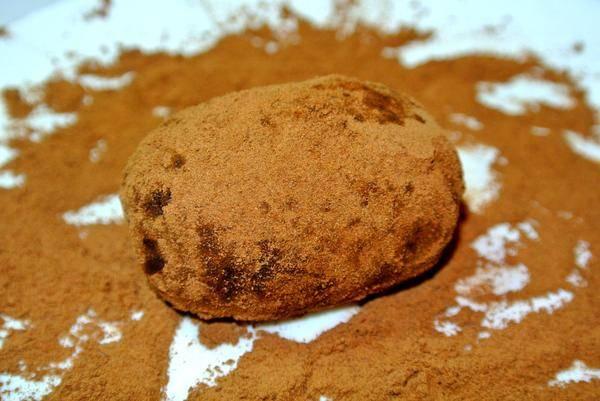 Обваляйте в небольшом количестве какао получившиеся шарики.