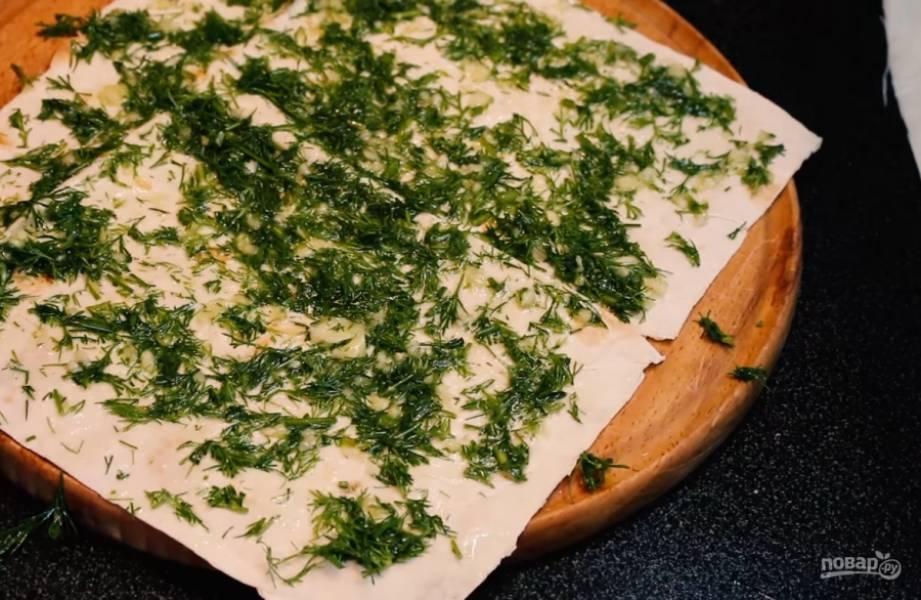 1.Для первого варианта возьмите растительное масло, добавьте туда зелень, выдавите чеснок, хорошо все перемешайте. Равномерно распределите начинку на лаваше, вырежьте квадратные чипсы. Выпекайте в разогретой до 200 градусов духовке 7-10 минут (в зависимости от вашей духовки).