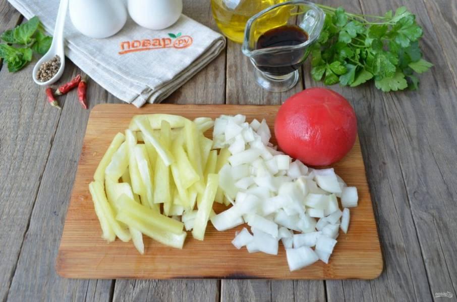 Болгарский перец порежьте соломкой (размер должен быть примерно как и у баклажановой соломки). Лук измельчите. С помидора снимите кожуру, порежьте его кубиками.