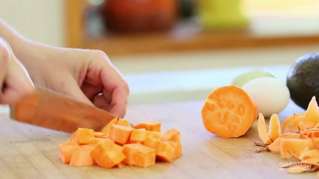 1. Для начала почистите и нарежьте кубиками картофель.