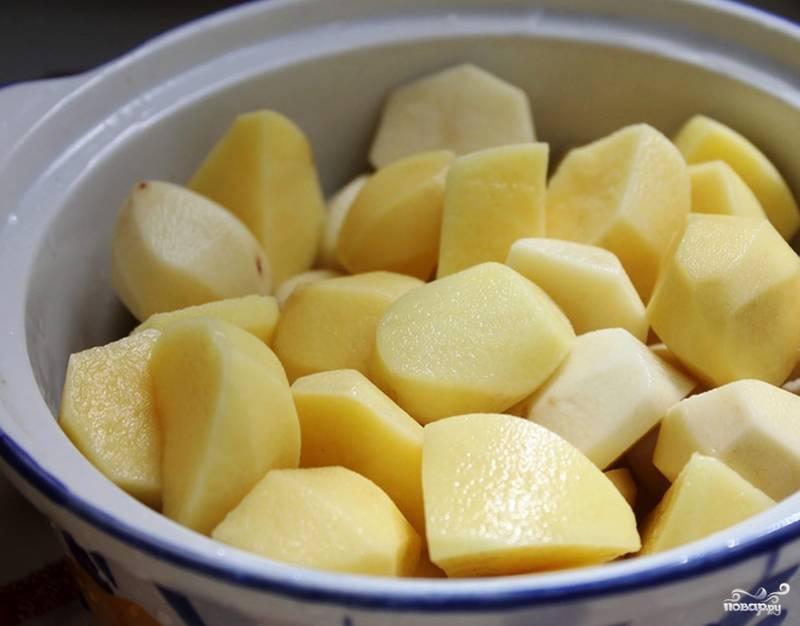 Картофель очистите от кожуры. Нарежьте его мелими кусочками и отварите в подсоленной воде до готовности. Нарезанный картофель варится около 15-20 минут.