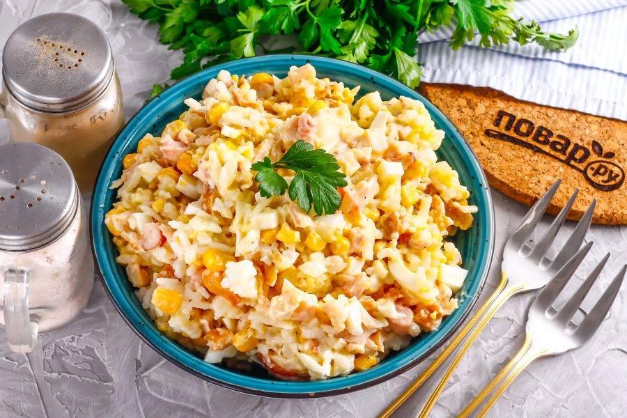 Выложите салат на блюдо или в тарелки, подайте к столу или охладите в холодильнике.