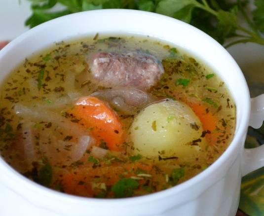 Выключаем огонь, добавляем в суп измельченную свежую зелень и даем ему постоять под крышкой минут 15-20 минут. После этого разливаем ароматный соус из говядины с картошкой по тарелкам и подаем к столу. Приятного аппетита всем!