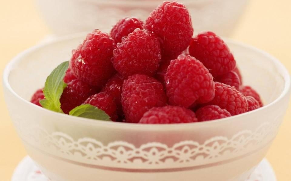 1. Для приготовления наливки из малины в домашних условиях требуется немного - спелые ягоды, водка и сахар. Такой напиток великолепно подойдет к любому праздничному столу и в качестве аперитива во время обеда.
