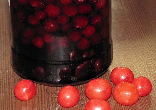 Когда вишня в сиропе полностью остынет, ее можно переносить на хранение в прохладное темное место.