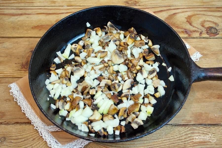 Пока картофель варится, на сковороде обжарьте грибы, добавьте нарезанный репчатый лук и тушите все вместе.