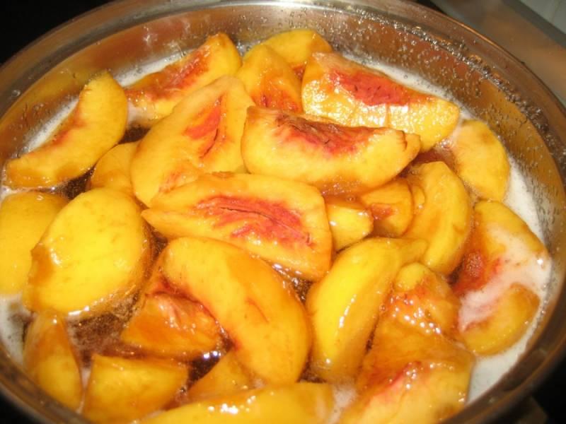 Кладем порезанные на половинки персики в кастрюлю. Варим 15 минут.