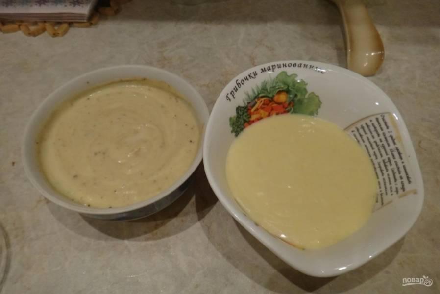 1.Сливочное масло ставлю на 20 секунд в микроволновку печь, а затем достаю и смешиваю со сгущенкой, добавляю яйца, гашенную уксусом соду и порционно всыпаю заранее просеянную муку, перемешиваю, чтобы не было комочков, и разделяю тесто на 3 части.