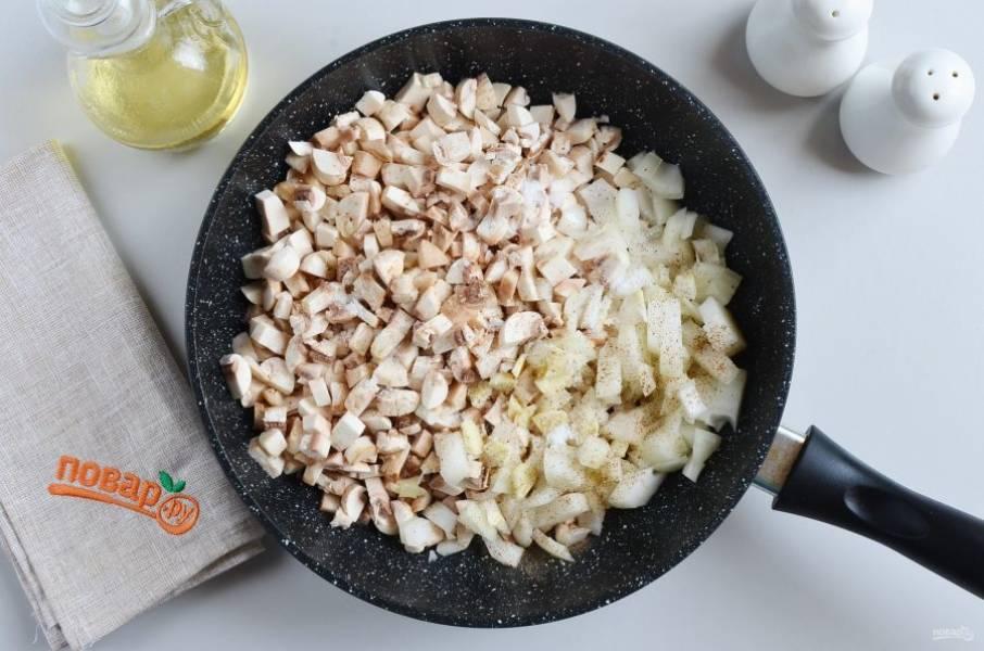 Нарежьте мелко грибы, лук и чеснок. В сковороду налейте растительное масло, добавьте грибы, лук, чеснок, посолите, поперчите и жарьте до готовности.