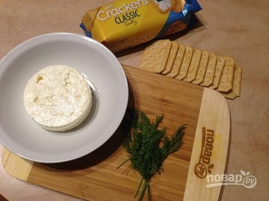 1. Вот практически все ингредиенты для создания закуски. Вместо брынзы можно взять любой соленый сыр или обычный творог, но добавить к нему соли по вкусу.