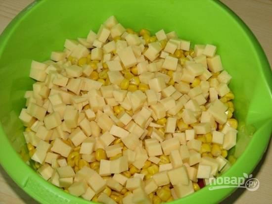 Сыр нарезаем мелкими кубиками.