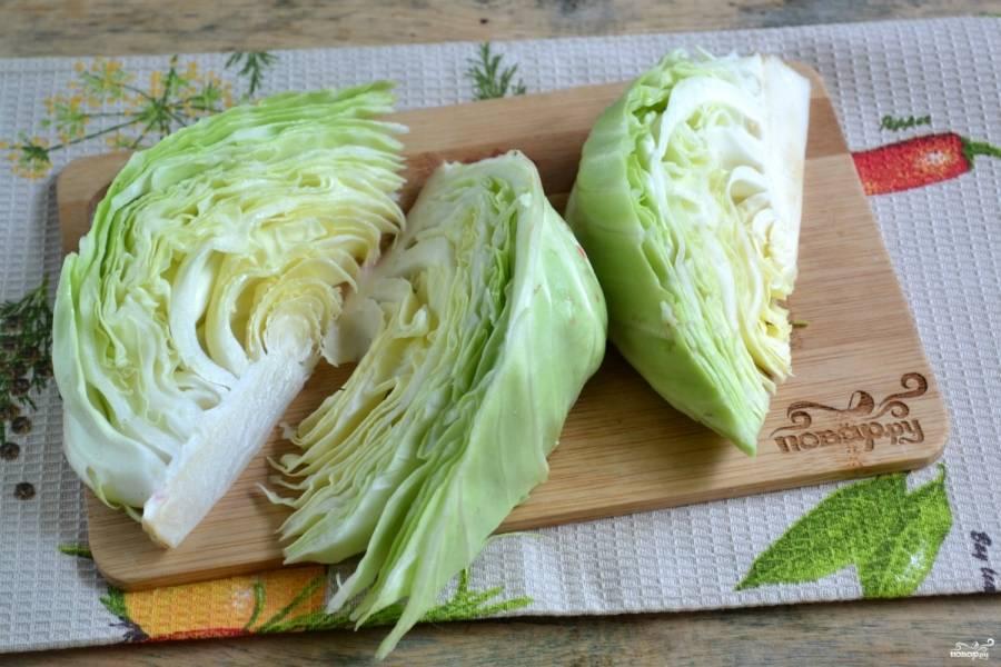 Капусту разрежьте пополам, затем каждую часть разрежьте ещё на 3-4 дольки (в зависимости от размера капусты).