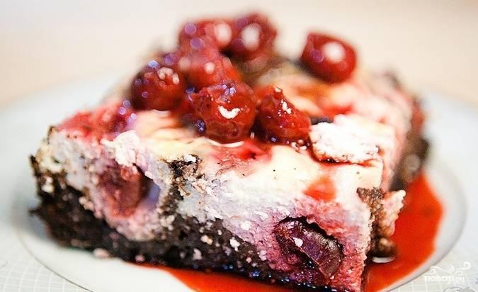 Готовый пирог подавайте порционными кусочками, каждый полив вишнёвым соусом. Приятного аппетита!