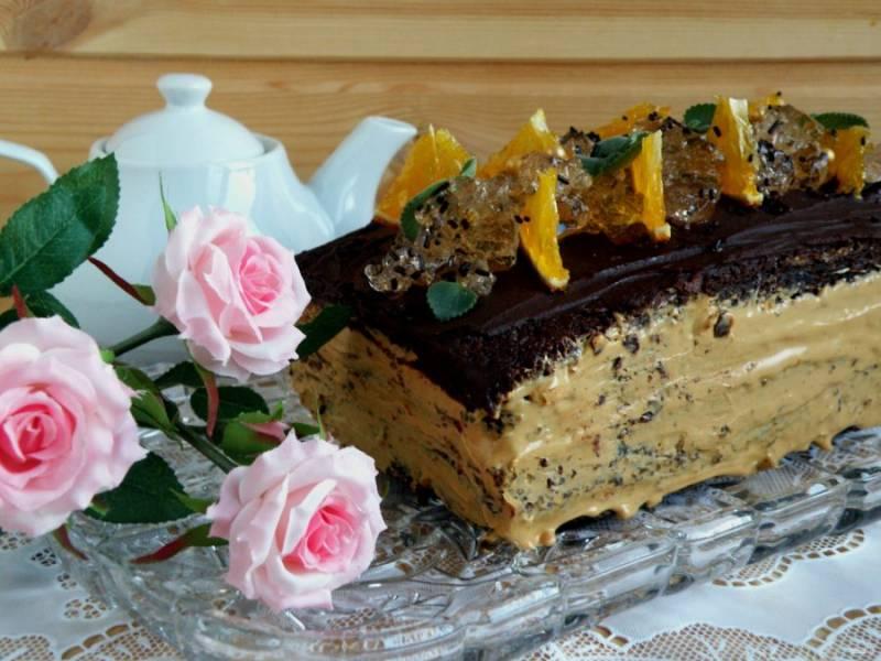 Украсьте торт рубленым апельсиновым желе, ломтиками карамельных апельсинов, листочками свежей мяты. Подавайте охлажденным.