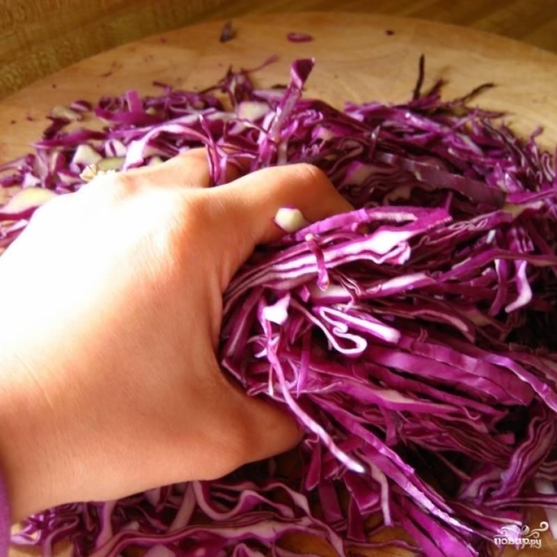 Руками перетираем капусту, чтобы она стала более мягкой.