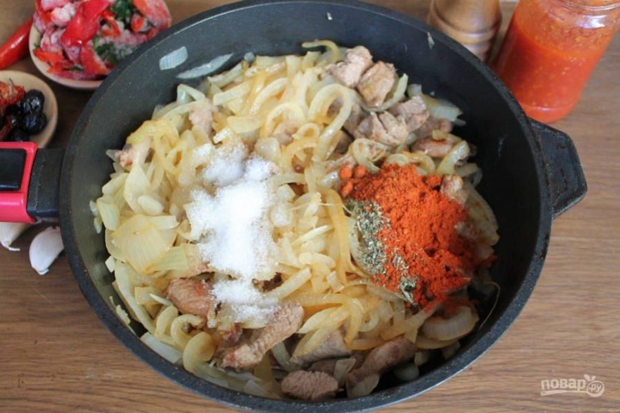 В сотейник с мясом и луком добавляем соль, сахар, паприку и пряные травы. Продолжаем готовить на среднем огне помешивая.