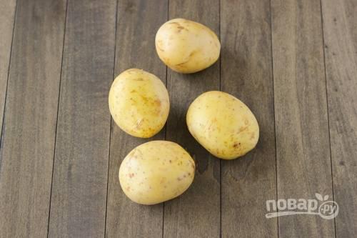 1. Картофель вымойте и обсушите. Чистить не обязательно, лучше запекать в кожуре. Духовку параллельно разогрейте до 200 градусов.