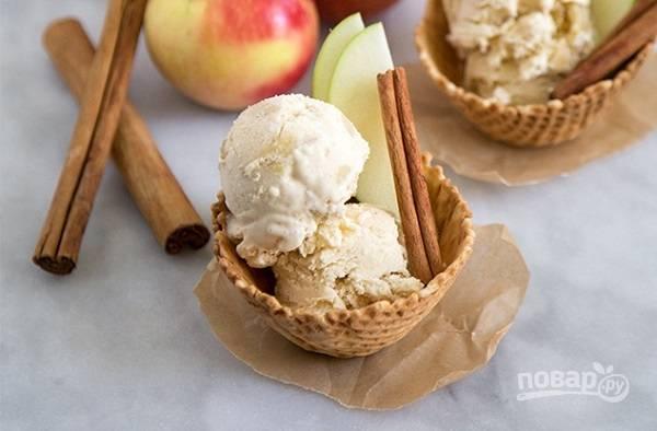 7. Когда оно хорошо застынет, мороженое можно подавать к столу. Для подачи можно использовать пиалы или вафельные корзинки, например. По вкусу можно добавить любимый сироп.  Приятного аппетита!