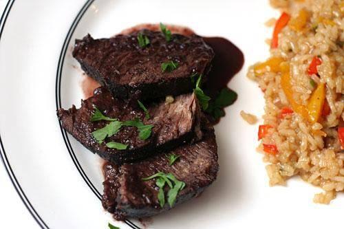 4. Полить говядину соусом. Украсить нарезанной зеленью петрушки и подать на стол.