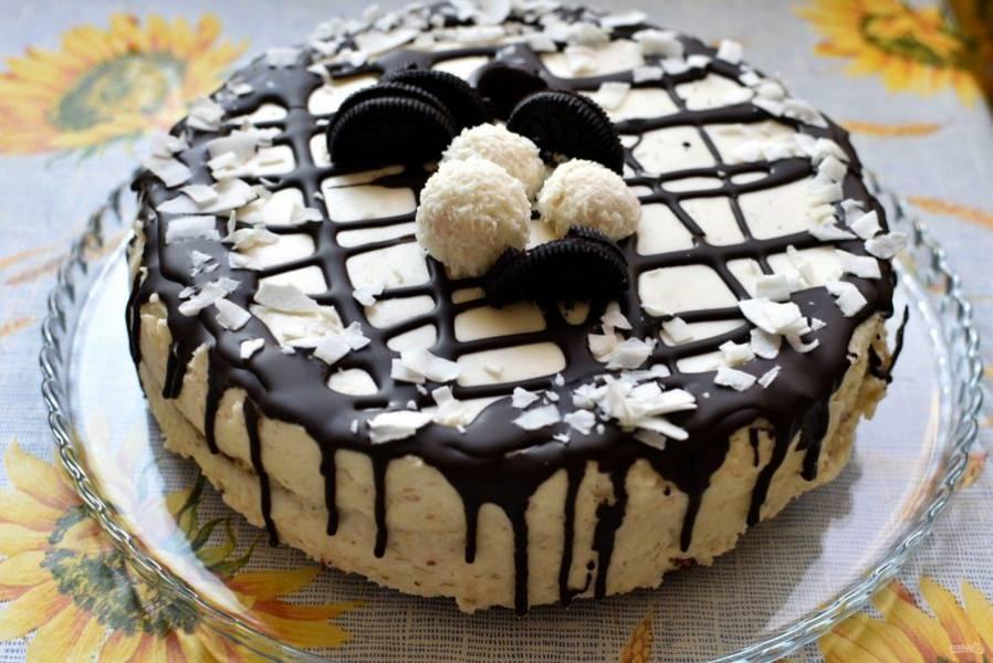 Готовый торт украсьте по желанию и способностям и подавайте охлажденным.