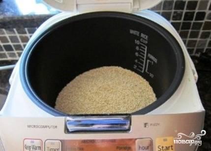 """Включаем мультиварку в режим """"Жарка"""" и прогреваем 5 минут. Затем насыпаем промытую крупу и помешивая, обжариваем 3-4 минуты."""