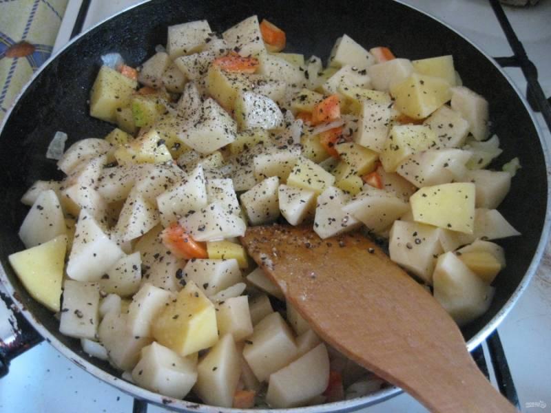 Картофель очистите, тыкву освободите от кожуры и семян. Порежьте  овощи крупными кусками и отправьте в совороду к моркови и луку.