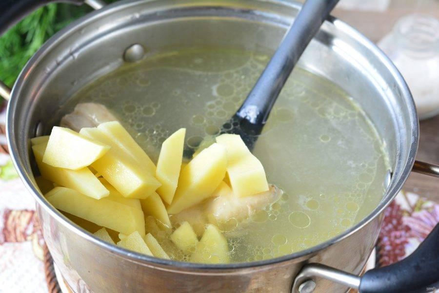 В куриный бульон добавьте почищенный и нарезанный брусочками картофель.