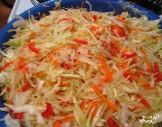 В большой тазик выложите капусту, нашинкованные лук, морковку и перец. Затем смешайте все ингредиенты руками. Залейте подготовленным маринадом. Переложите в железное или пластиковое ведро и оставьте капустку мариноваться под крышкой на двое суток.