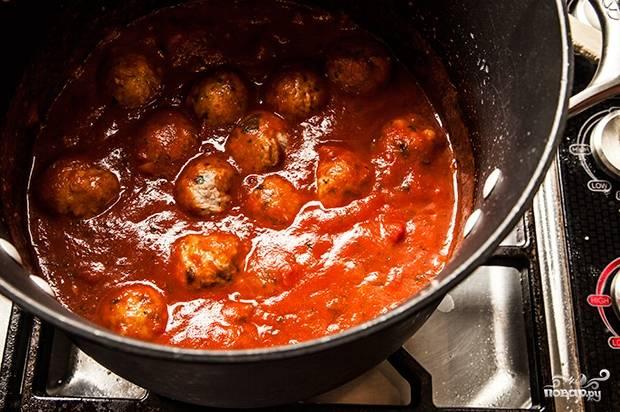 9. Опускайте по одной в кипящий соус. Тушите на медленном огне около 30-45 минут, в зависимости от размера шариков.