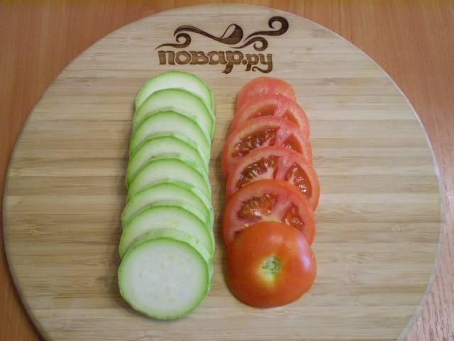 3. Теперь займемся овощами. Кабачок и помидоры нарезаем одинакового размера кружочками. Посолите кабачок (кожуру я не очищала).