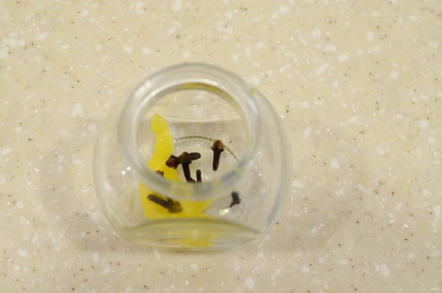В чистую тару добавьте мед и бутоны гвоздики.