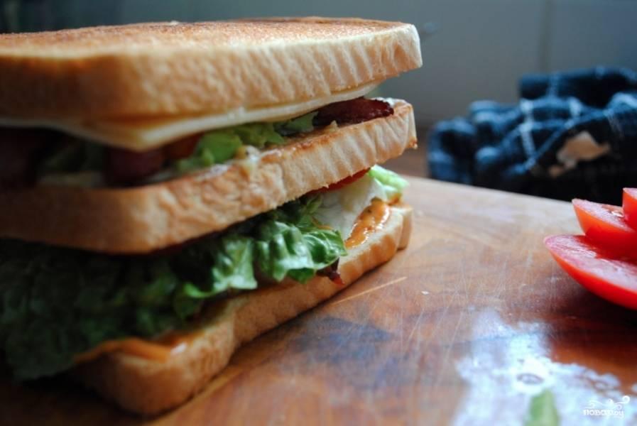 Сверху положить еще кусок хлеба. Теперь сбор сендвича закончен.