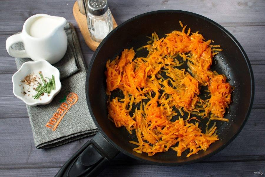 Тыкву, натертую на крупной терке, пассеруйте на растительном масле до мягкости. Следите, чтобы тыква не подгорела, иначе соус будет горчить.