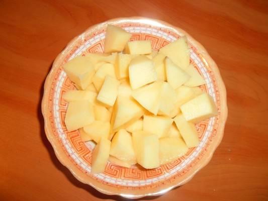 10. Очистить картофель и нарезать небольшими кубикам.