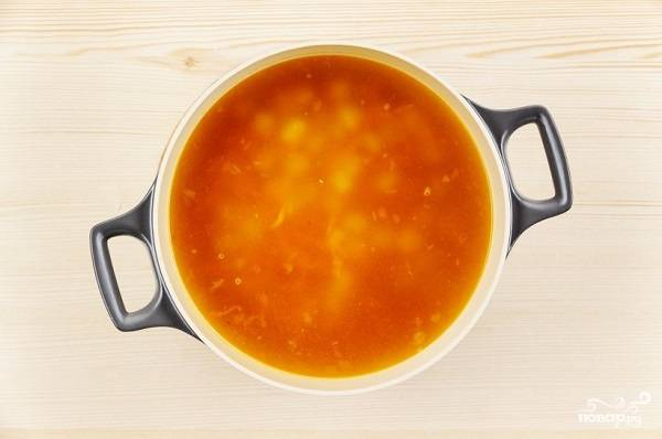 4. В кастрюлю влейте воду или бульон и доведите до кипения. Подсолите по вкусу, добавьте специи при желании и отправьте вариться картофель. Когда овощи обжарятся, переложите их в кастрюлю.