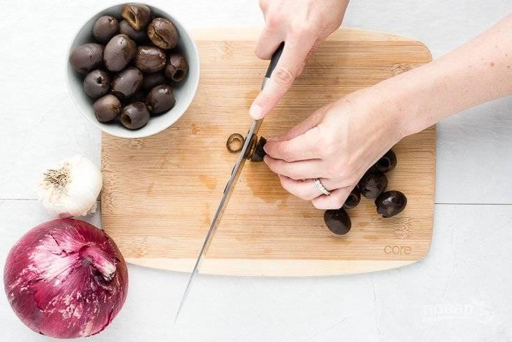 5. Нарежьте маслины (оливки) и натрите на терке сыр.