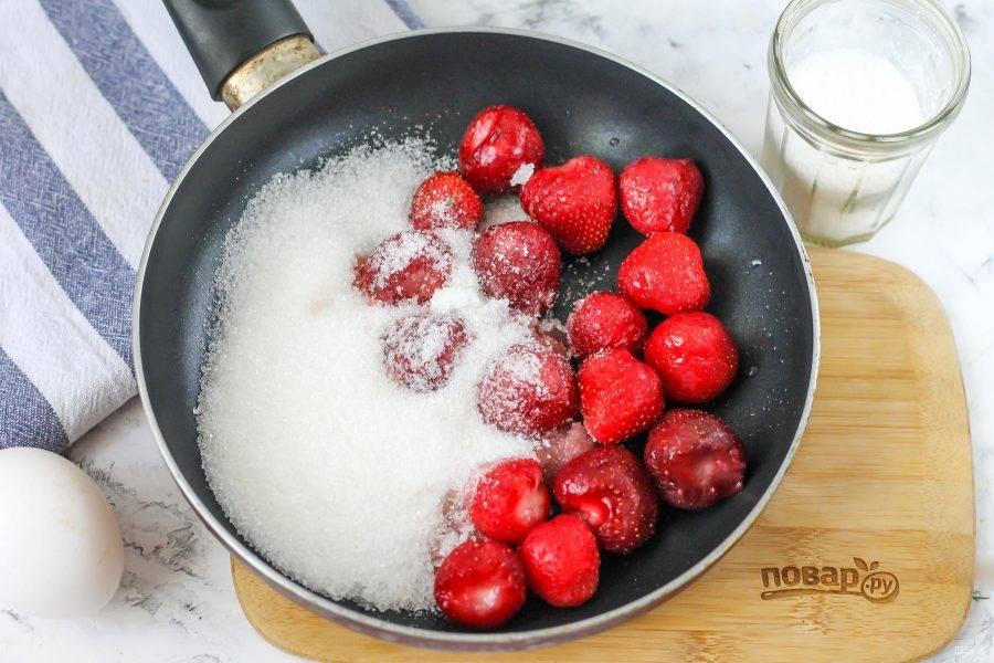 Клубнику очистите от хвостиков, выложите в сковороду или в казан, всыпьте сахарный песок. Протомите ягоды с сахаром примерно 3-5 минут.