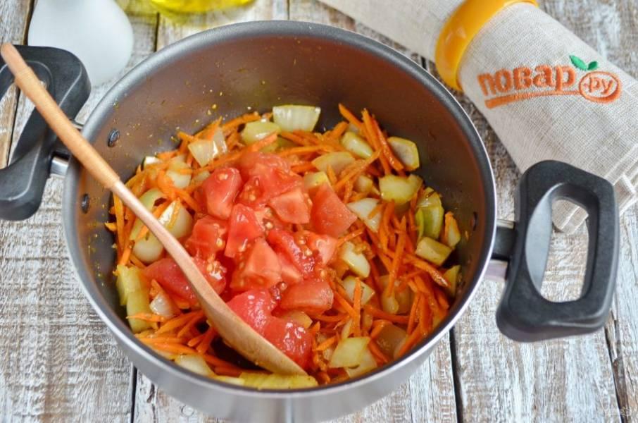 Добавьте помидоры, перемешайте и протушите еще пару минут.