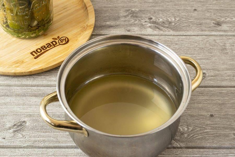 Слейте рассол в кастрюлю. Добавьте еще примерно 100 мл. чистой воды и пару щепоток соли. Доведите рассол до кипения, проварите 2-3 минуты. Пенку, которая будет образовываться, снимите ложкой.