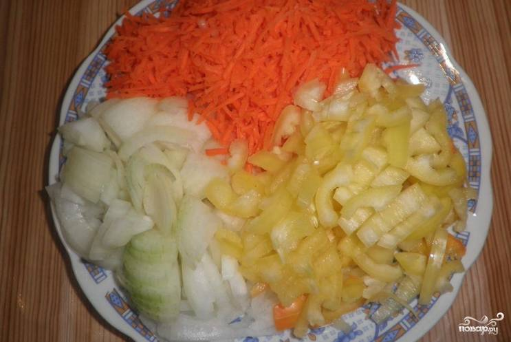 Промойте остальные овощи. Перцы очистите от семян и нарежьте кубиком. Морковь натрите на терке для корейских блюд.