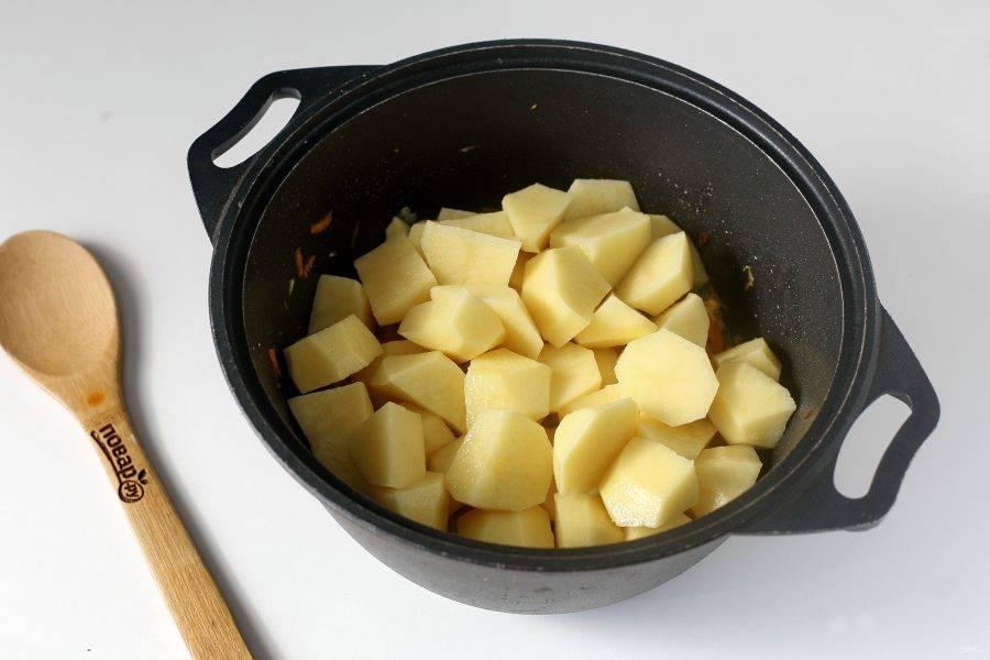 Затем добавьте картофель и влейте горячую воду. Количество воды зависит от ваших предпочтений. Отрегулируйте на соль, положите лавровый лист и после закипания на небольшом огне тушите все вместе до полной готовности всех ингредиентов.