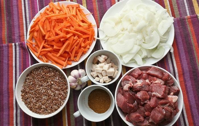2. Также нужно подготовить все ингредиенты. Морковь и лук очистить, нарезать. Баранину вымыть, просушить и порезать небольшими кусочки. Все должно быть под рукой, так как в процессе жарки на это просто не будет времени.