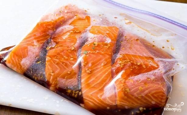 3. Выложите рыбку в маринад. Отправьте в холодильник и оставьте мариноваться от 20 минут до 4 часов.