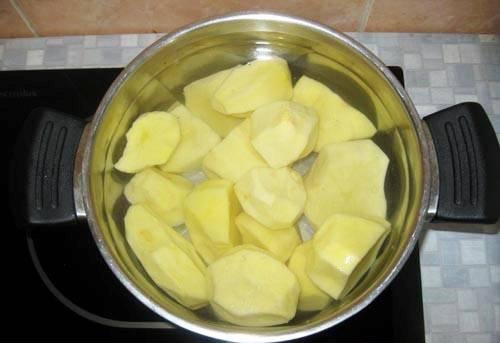 1. Всегда готовлю пюре с яйцом и молоком в домашних условиях именно по этому рецепту. Яйца придают пышности блюду. Ставим очищенный картофель на огонь вариться.