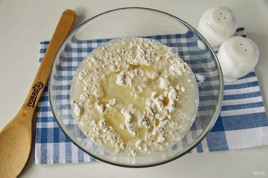 Добавьте теплую воду, растительное масло и щепотку соли.