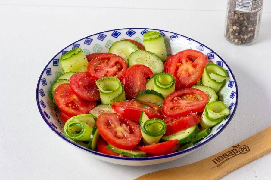 Цветочки из огурцов поперчите по вкусу. Весь салат сверху немного подсолите.